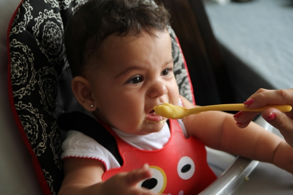 Valentina comiendo y haciendo muecas 2