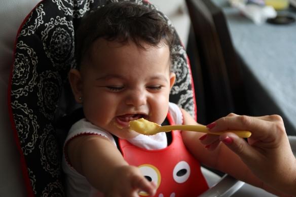 Valentina comiendo y haciendo muecas