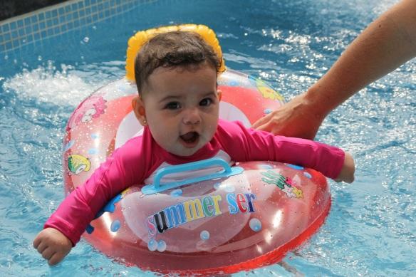 Valentina en la piscina