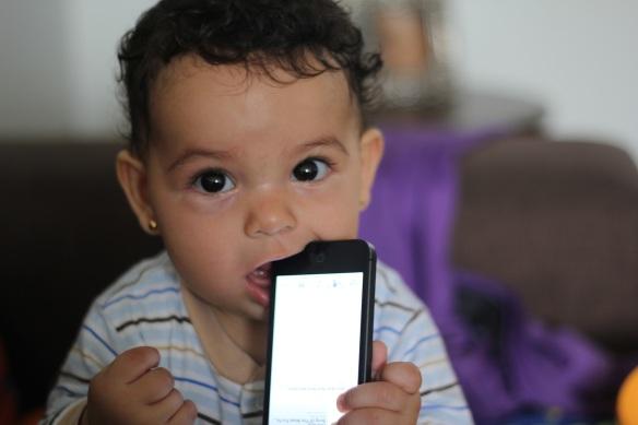Valentina probando iPhone