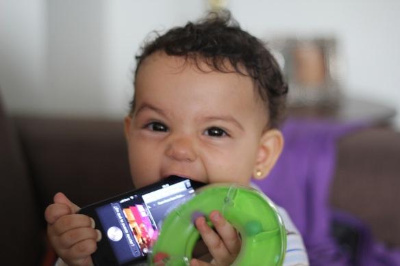 Valentina comiéndose el iPhone