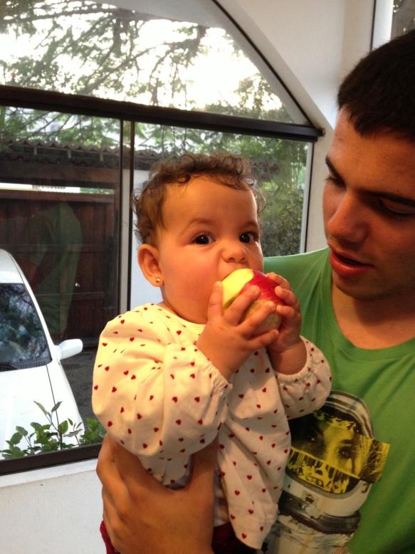 Valentina comiendo manzanas