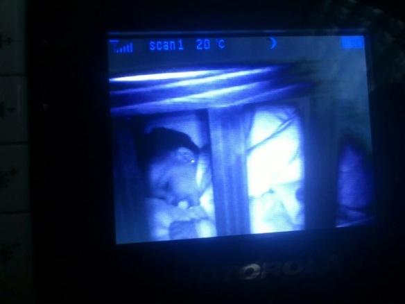 Valentina duerme en el monitor
