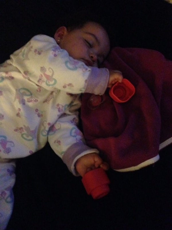 Valentina dormida con juguetes