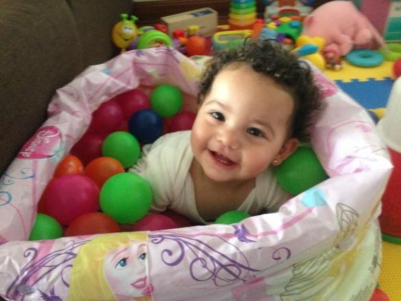 Valentina en la piscina de pelotas