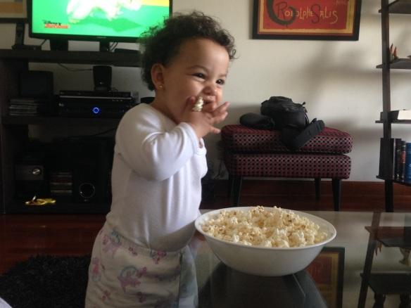 Valentina comiendo pop corn
