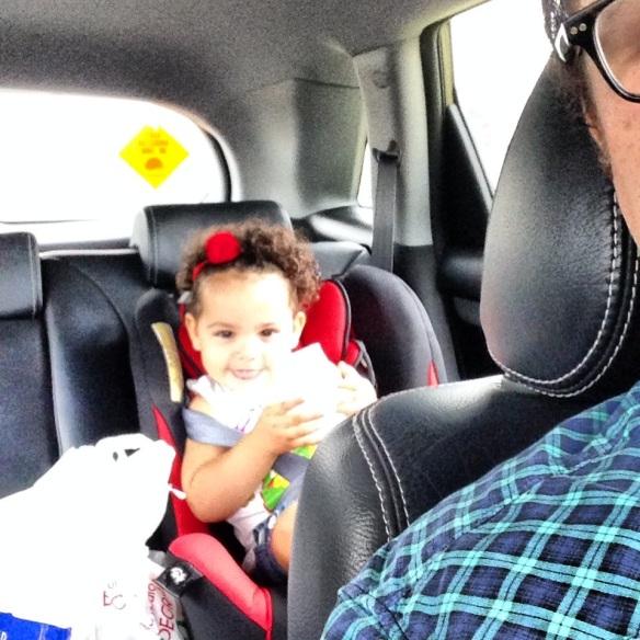 Valentina en el auto
