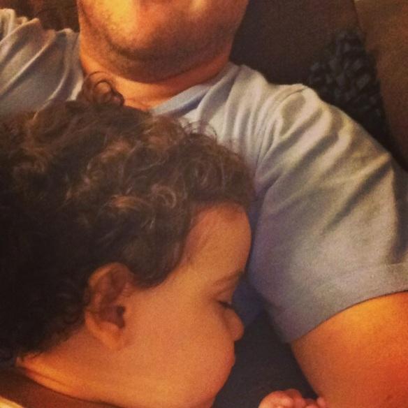 Valentina dormida sobre papá