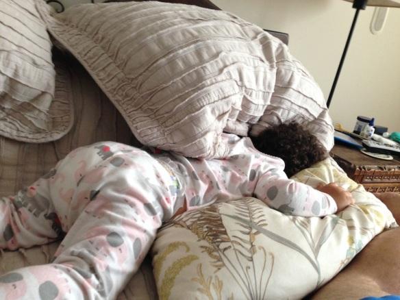 Valentina se esconde en la cama