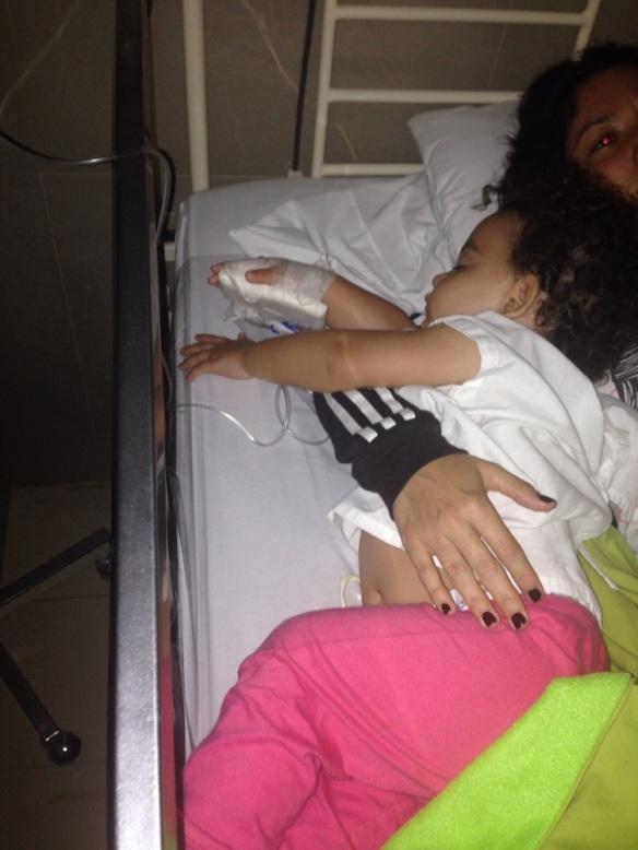 Valentina en la clínica dormida