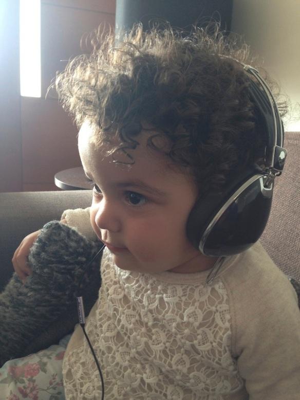 Valentina con audífonos