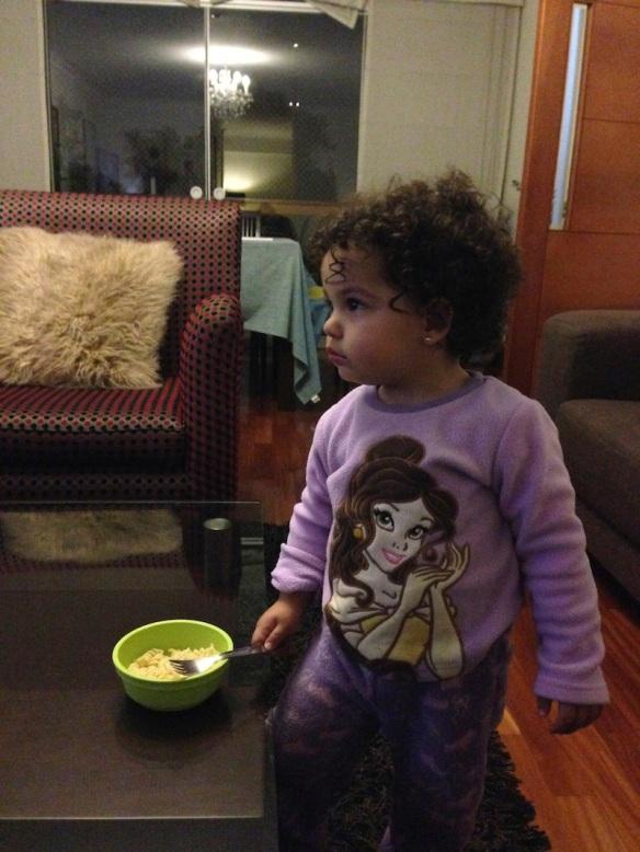 Valentina viendo tele