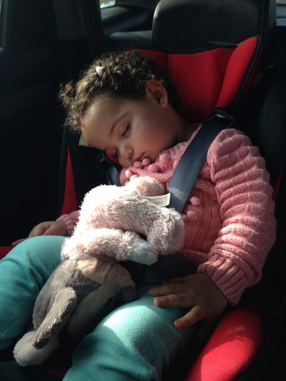 Valentina dormida en el auto