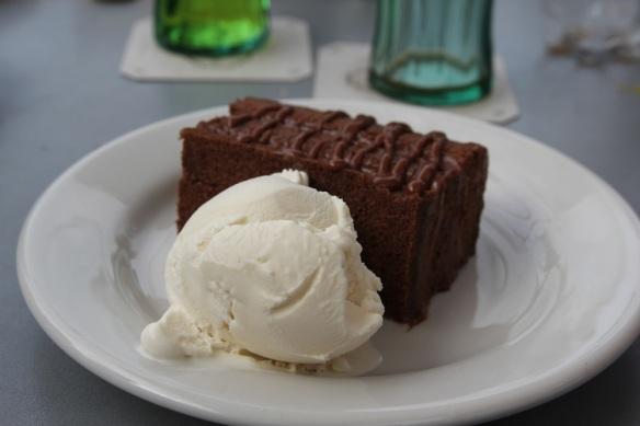 Helado de vainilla y torta de chocolate la ladrillera