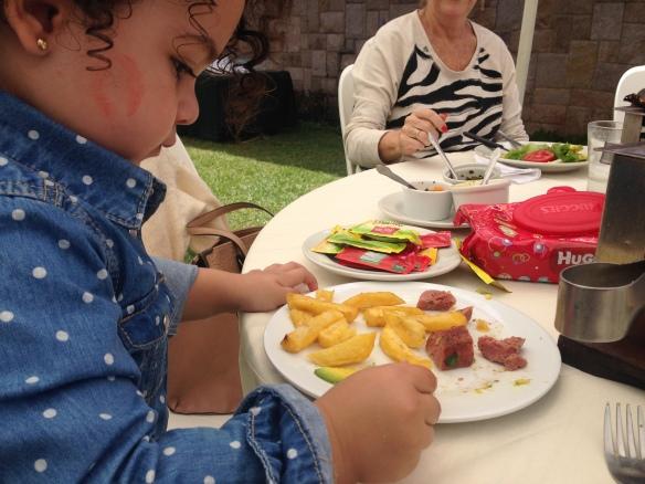 Valentina comiendo y con Huggies