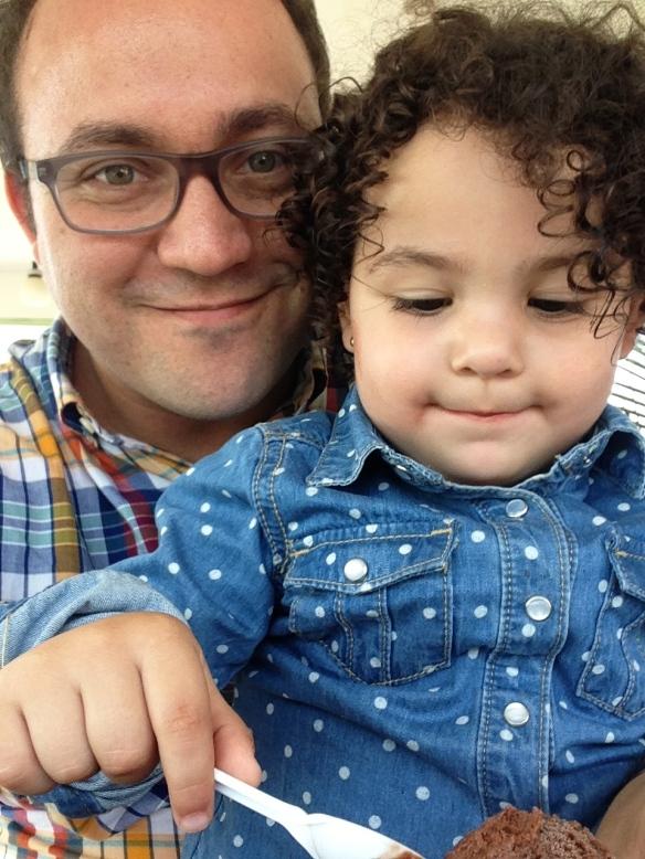 Valentina y Papa comiendo Helado