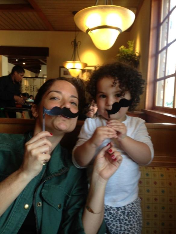 Valentina y mamá en Olive Garden