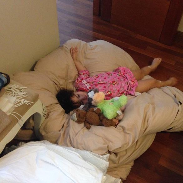 Valentina tirada en la ropa de cama