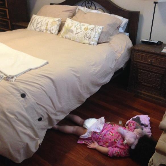 Valentina tirada en el suelo
