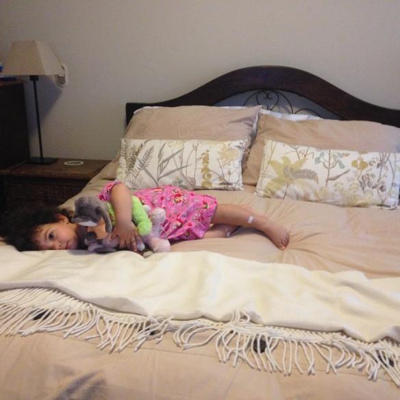 Valentina tirada en la cama