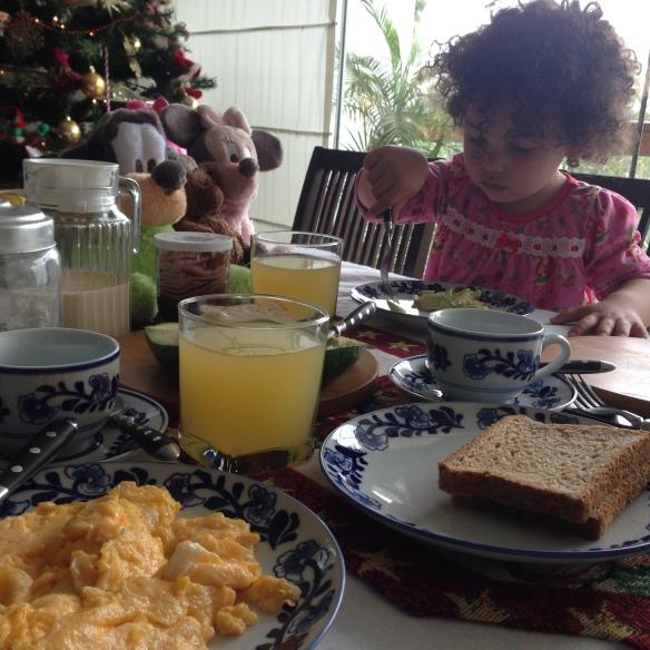 Valentina desayunando