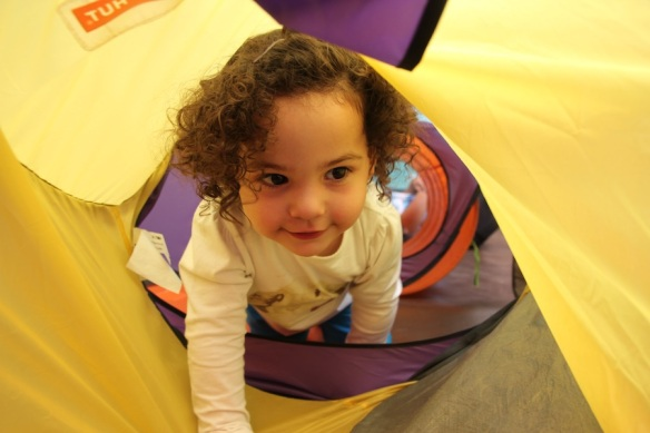 Valentina jugando en el túnel