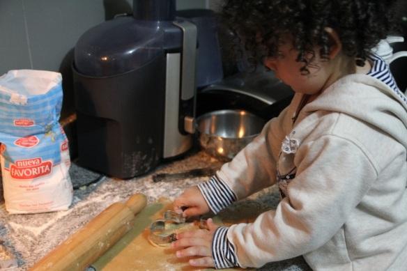 Valentina cortando galletas de jengibre