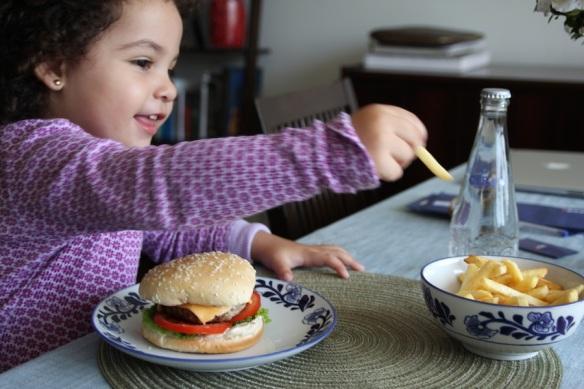Valentina comiendo hamburguesas
