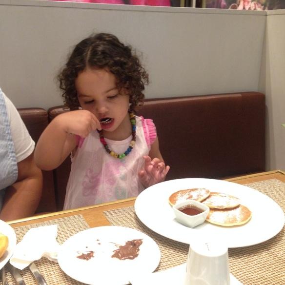 Valentina comiendo pancakes