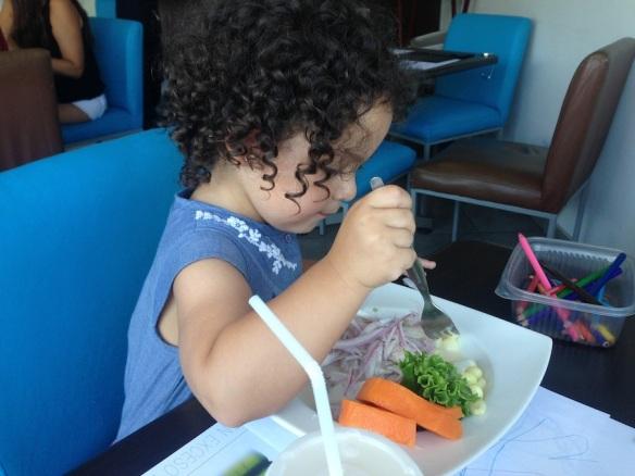 Valentina comiendo cebiche