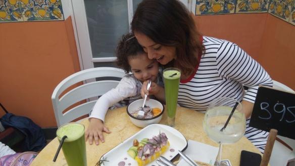 Valentina almorzando con mamá