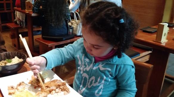 Valentina comiendo sushi