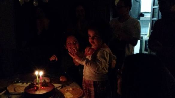 Cantándole happy birthday en familia