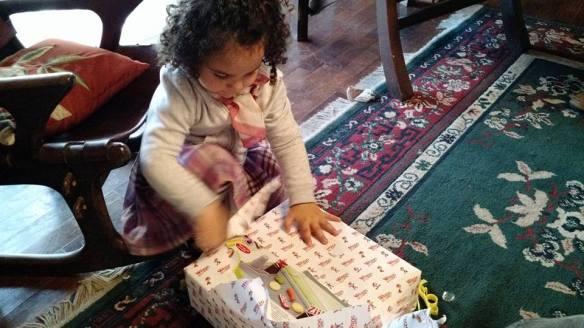 abriendo regalos en familia