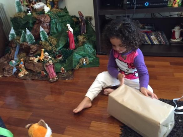 Abriendo los regalos en casa