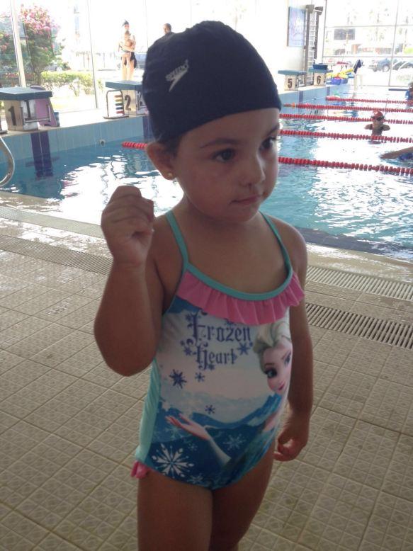 Valentina en clases de natación