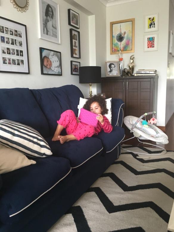 Valentina en el sillón