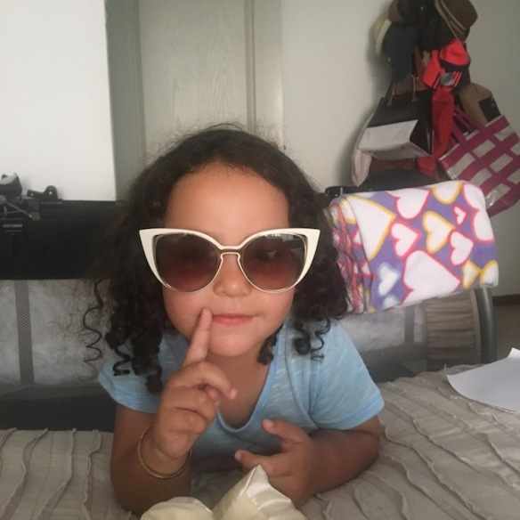 Valentina y lentes de mamá